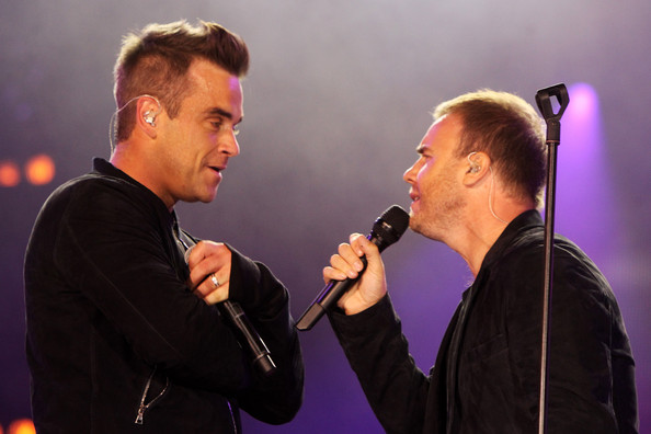Robbie et Gary au concert Heroes 12-09/2010 717362Gary_Barlow_Heroes_Concert_Show_1ajzjxFqzOil