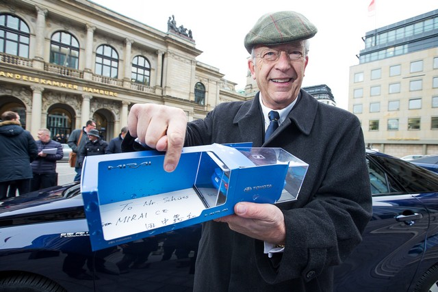 Le premier client allemand de Mirai vient de recevoir sa voiture à Hambourg 738717HA2664
