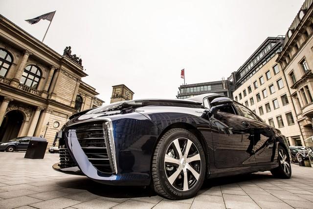 Le premier client allemand de Mirai vient de recevoir sa voiture à Hambourg 779379HA2497