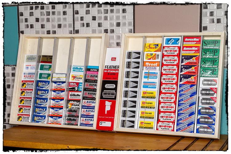 Photos de votre armoire spéciale rasage (ou de la partie réservée au rasage) - Page 2 787427Blades5471
