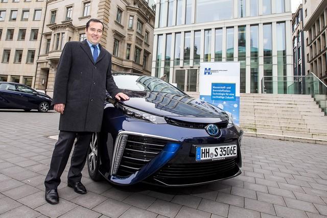 Le premier client allemand de Mirai vient de recevoir sa voiture à Hambourg 789911HA2636