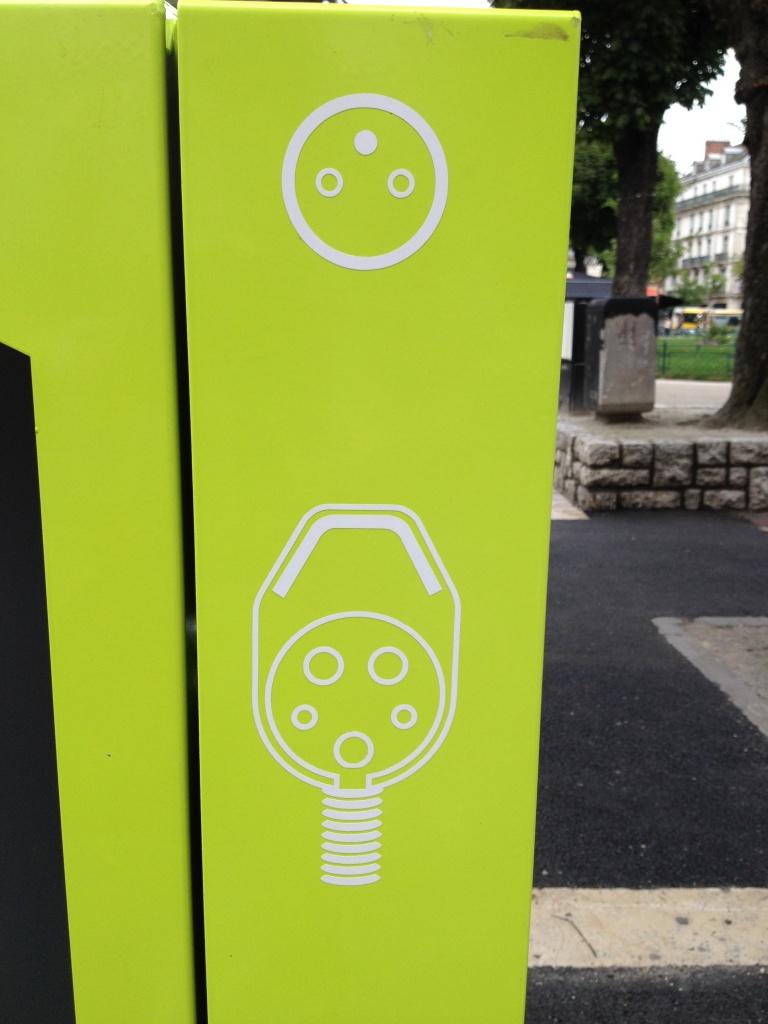 Grenoble : 30 bornes de recharge de 3 à 22 kW à la rentrée 2014 799806BorneGrenoble1