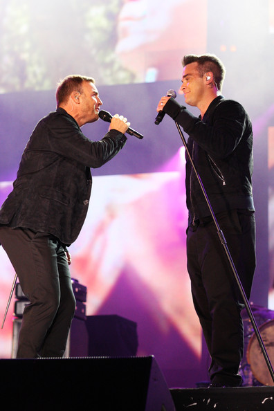 Robbie et Gary au concert Heroes 12-09/2010 803666Gary_Barlow_Heroes_Concert_Show__uNpQdVSCapl