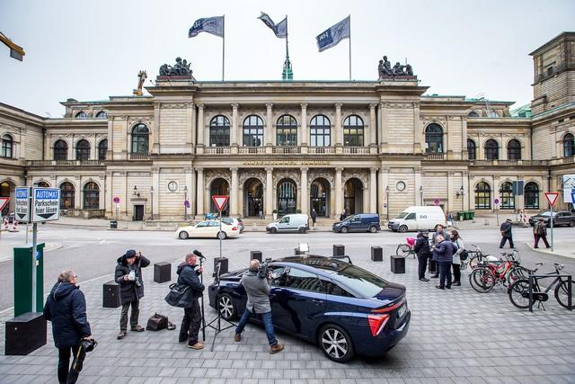 Le premier client allemand de Mirai vient de recevoir sa voiture à Hambourg 807705HA2460