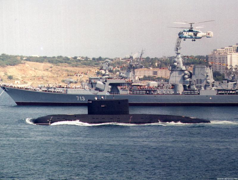 SOUS MARINS D'ATTAQUE CLASSE KILO 811846Kilo_russe_et_croiseur_Kerch_2000