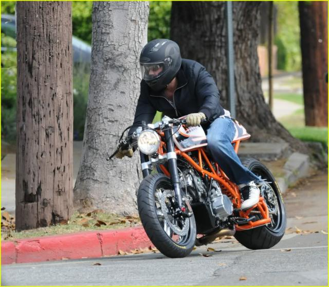 ???? 812216brad_pitt_orange_motorcycle_06