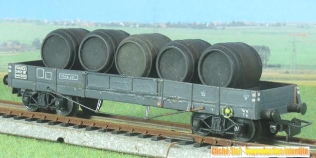 Wagons plats à bogies maquette et semi maquette chargés 845015VBplatTPmaquettegristonneauxnoirsIMG3106