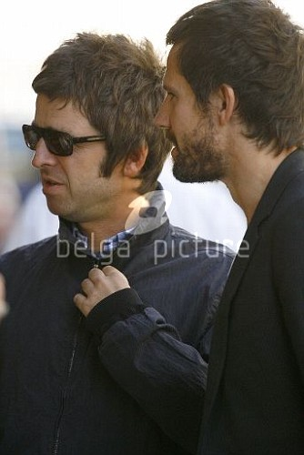 Jason et Noel Gallagher à Londres 25.09.2009 84635115546723_vi