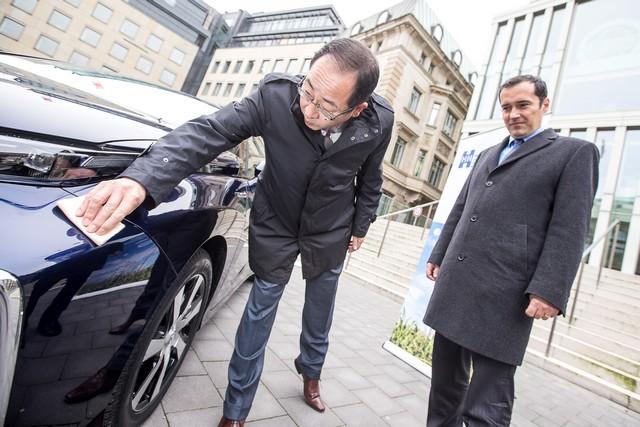 Le premier client allemand de Mirai vient de recevoir sa voiture à Hambourg 852205HA26551