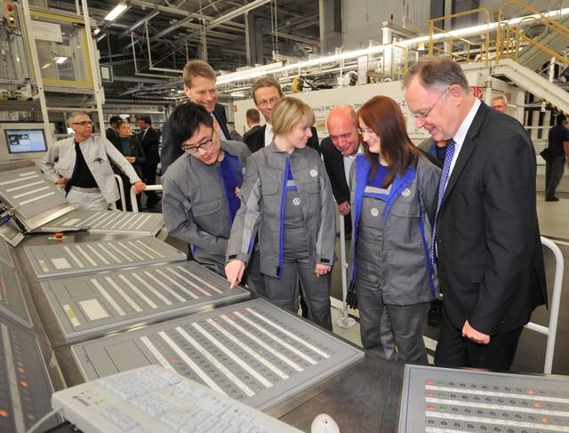 Visite de Stephan Weil, Premier Ministre, à l'usine Volkswagen de Wolfsburg  863965thddb2015al03862large