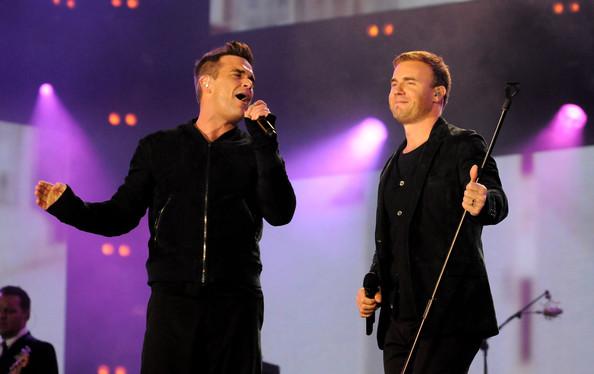 Robbie et Gary au concert Heroes 12-09/2010 867566Gary_Barlow_Heroes_Concert_Show_3gAU2tfo_E8l