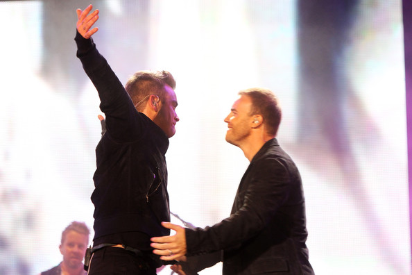 Robbie et Gary au concert Heroes 12-09/2010 923625Gary_Barlow_Heroes_Concert_Show_eVagmorZ_I8l