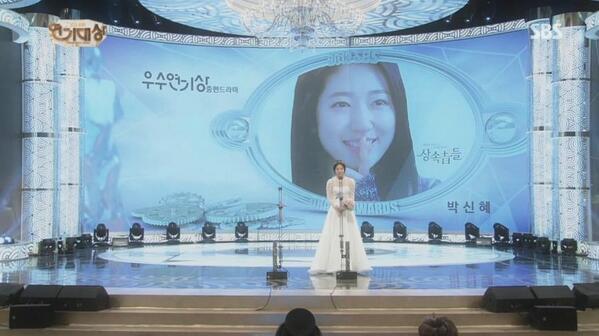 Park Shin Hye au SBS Drama Awards 2013 924001Bc0jxZ7CQAAXrv1