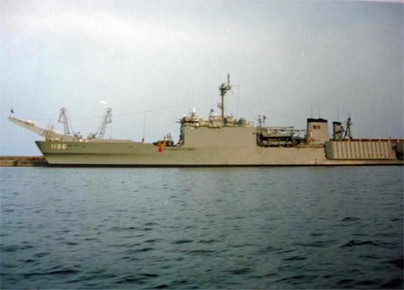 LANDING SHIP TANK (LST) CLASSE NEWPORT  925245USSHarlanCountyLST1196Marseille1987