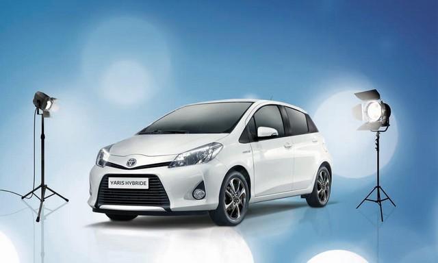 """On the Road"", quand Toyota soutient la mode... 933683ToyotaYarisHybrideGraphic"