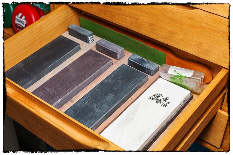 Photos de votre armoire spéciale rasage (ou de la partie réservée au rasage) - Page 2 948865Stones5963