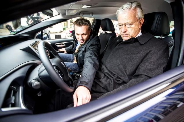 Le premier client allemand de Mirai vient de recevoir sa voiture à Hambourg 954467HA2442