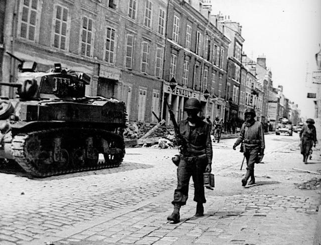 photo Avant / Après : les Gi's descendent la rue du Faubourg Bannier, Orléans 967154lesfantassinsamricainsentrantdansOrlansfacealcoledu45faubourgBannier