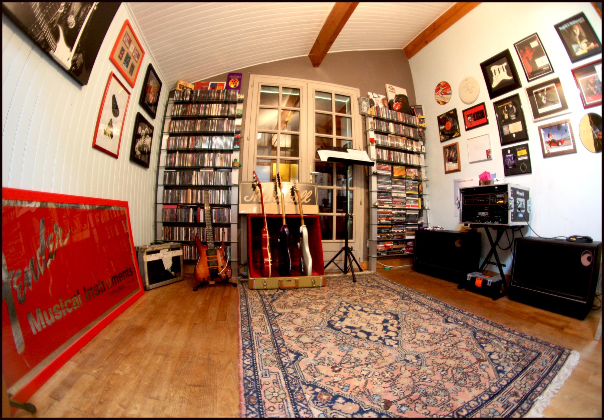 Photos de nos coins Musique (guitare, basse, batterie, claviers... vielle à roue) - Page 2 975815mylair