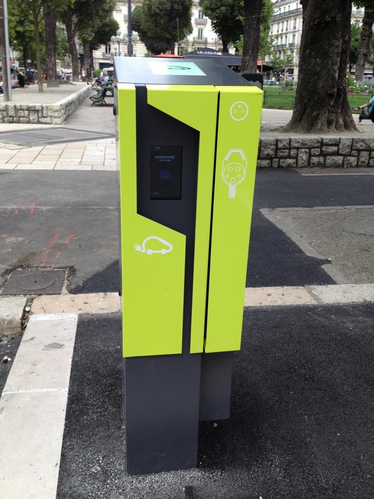 Grenoble : 30 bornes de recharge de 3 à 22 kW à la rentrée 2014 978916BorneGrenoble4