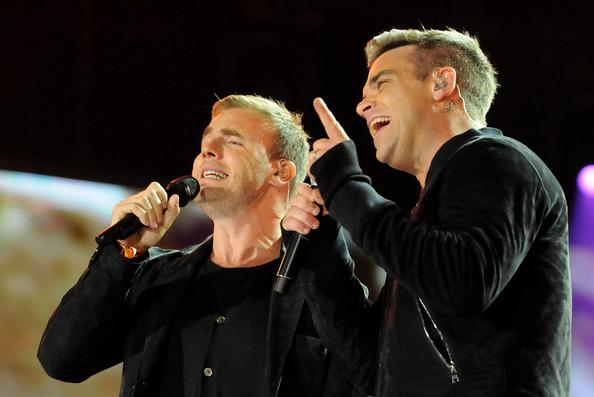 Robbie et Gary au concert Heroes 12-09/2010 981759Gary_Barlow_Heroes_Concert_Show_kwBjlfaA1bVl