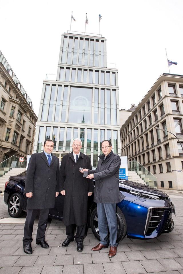 Le premier client allemand de Mirai vient de recevoir sa voiture à Hambourg 998640HA2576