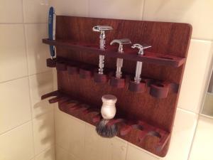 Design By Wood: artisan proposant de magnifiques stands de rasage. Mini_849735IMG3066