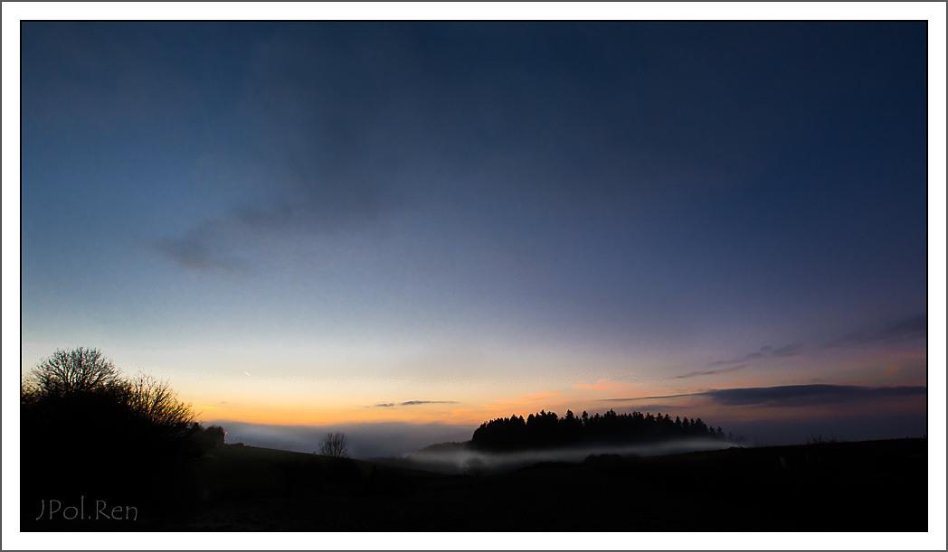 L e jour se couche, la brume se lève. 250363DL14COU0104