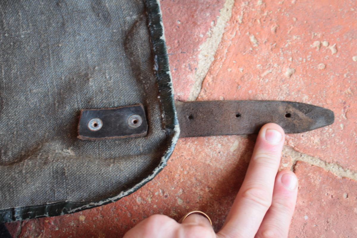 1 musette et une petite sacoche en cuir à identifier 271748scIMG3327