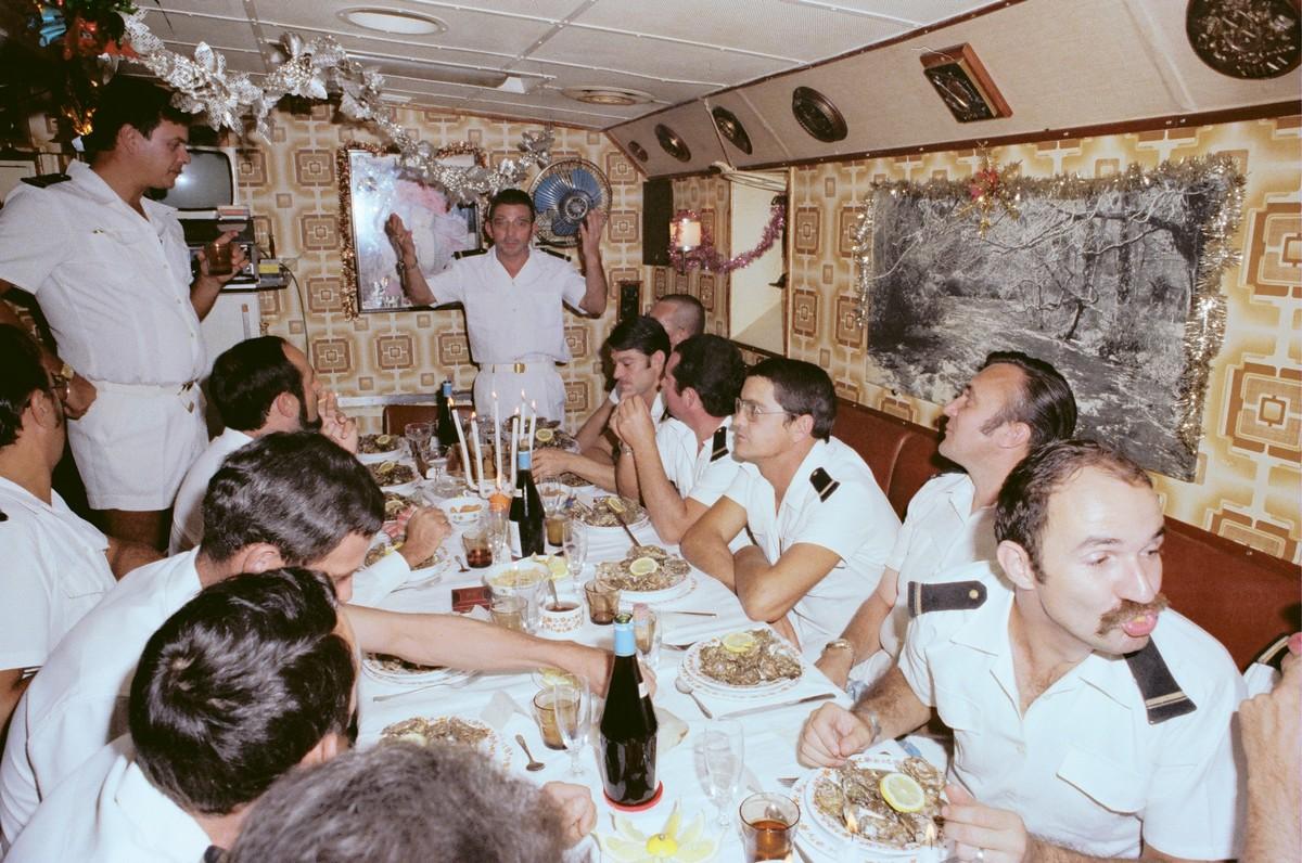 [ Les traditions dans la Marine ] LE SERVICE DU DIMANCHE 2817421978rveillonbord1