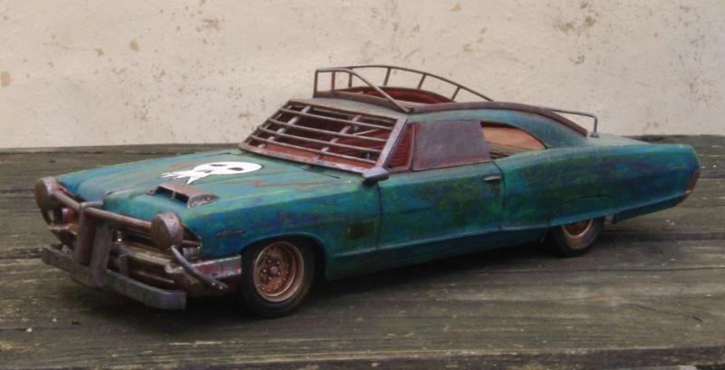 "Pontiac façon ""Mad Max"" 1/24 avec base/décor  286385GEDC5125"