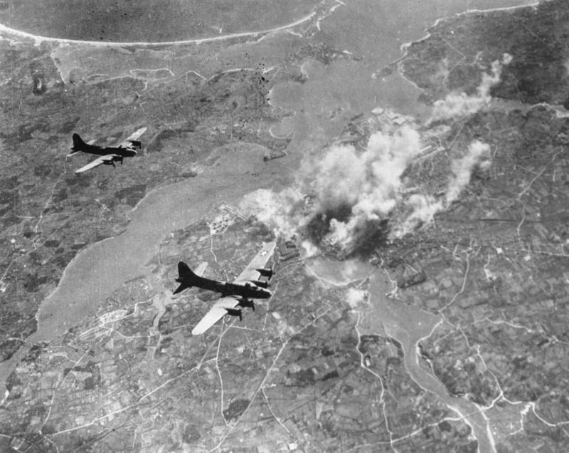 photos diverses 306060B17FlyingFortressbombersattackingaGermanUboatbaseinLorientFranceMarch1944