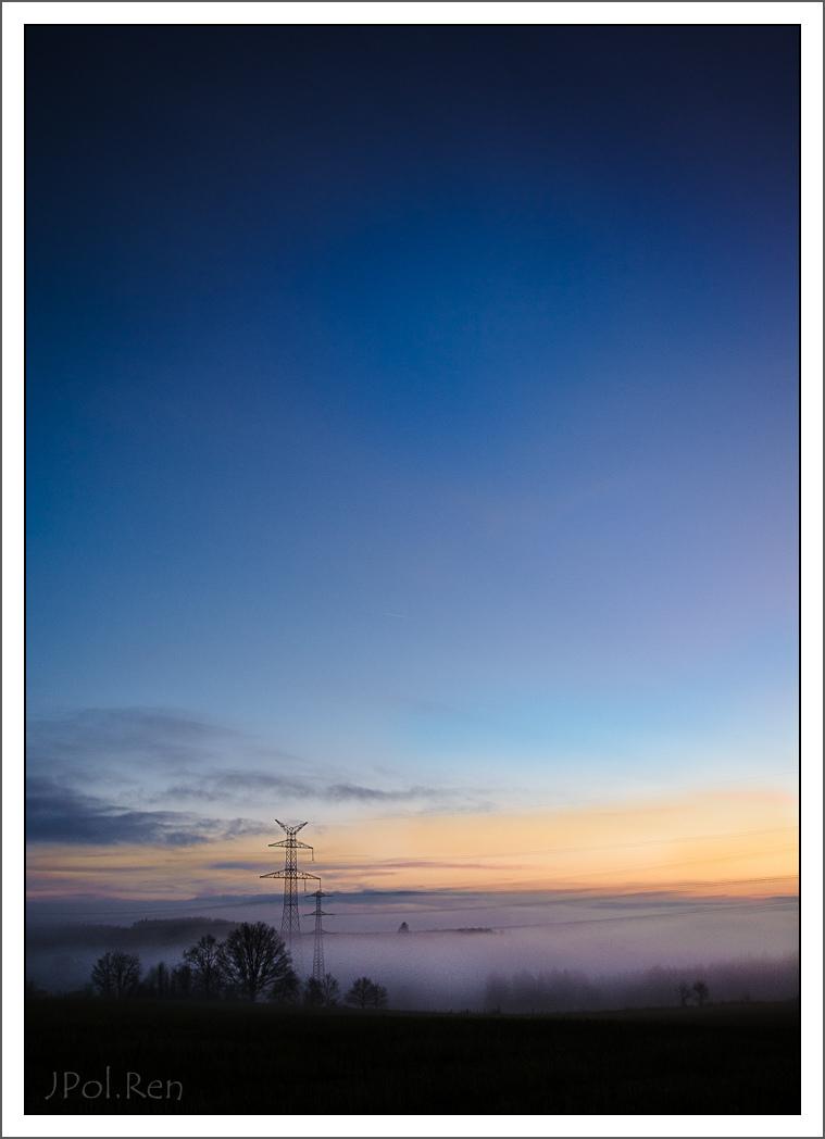 L e jour se couche, la brume se lève. 325612DL14COU0316