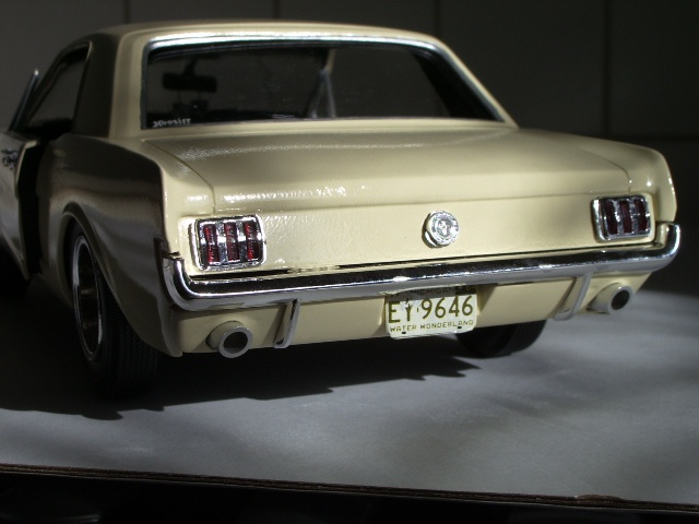 ford mustang 1964 au 1/16 de chez matchbox  333446photoscorvettepeintinetrieur007
