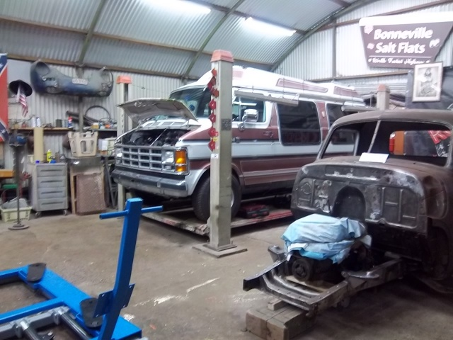 Dodge Van B250....c'est pas un hot rod...mais y a un V8  3671831001464