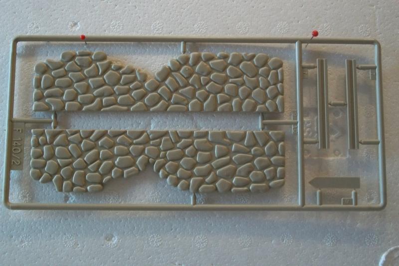 Equipement de Combat (Réf.140) Murs de Pierre & Signalisation 1/35 374068Heller140EDCMursdepierre006
