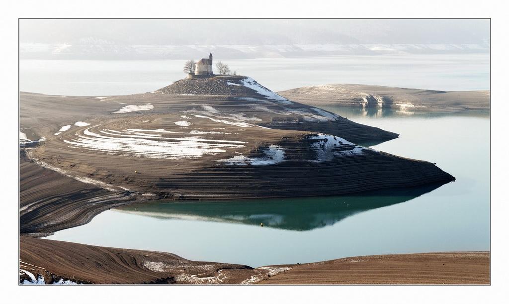 Retenue de Serre-Ponçon en basses eaux. 375529IMG9054D002