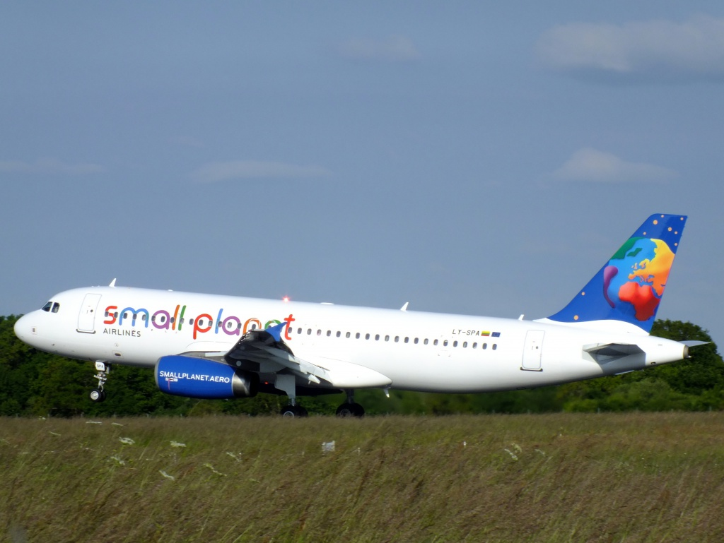 [01/06/2013] Airbus A320 (LY-SPA) Small Planet Lithuanie 401723Main15417