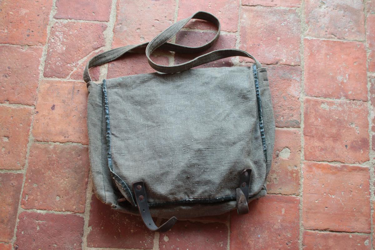 1 musette et une petite sacoche en cuir à identifier 409872scIMG3314