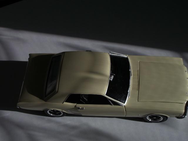 ford mustang 1964 au 1/16 de chez matchbox  419042photoscorvettepeintinetrieur010