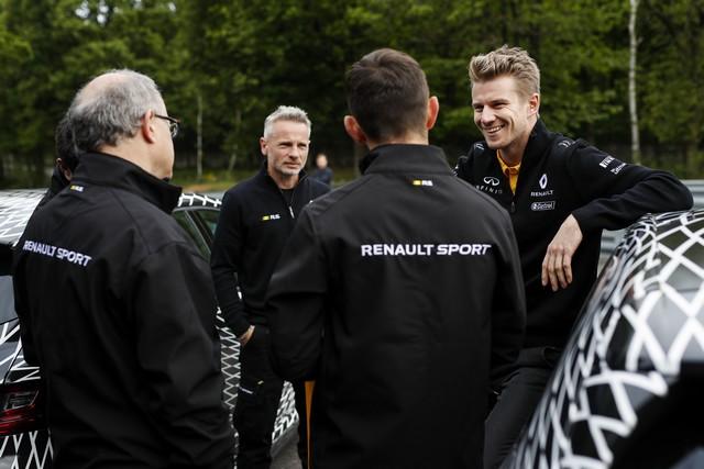Nouvelle Mégane R.S offre 4 roues directrices et 2 châssis 4450039301016