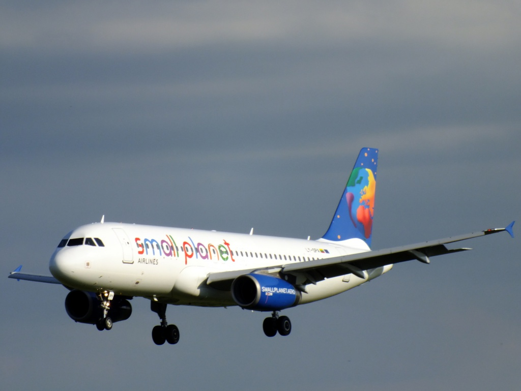 [01/06/2013] Airbus A320 (LY-SPA) Small Planet Lithuanie 457776Main15416