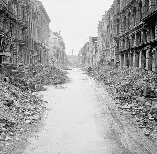 Avril 1945 : La bataille de Berlin - Page 3 521018609pxDestructioninaBerlinstreet