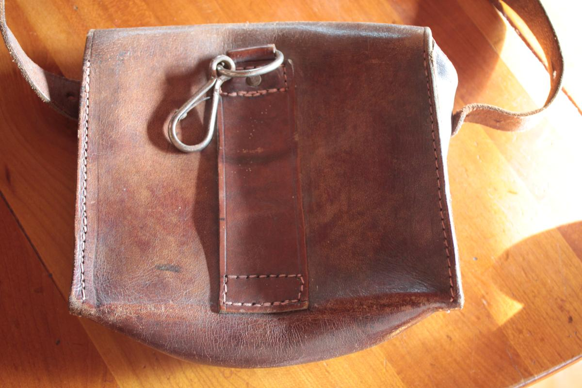 1 musette et une petite sacoche en cuir à identifier 525361scIMG3306
