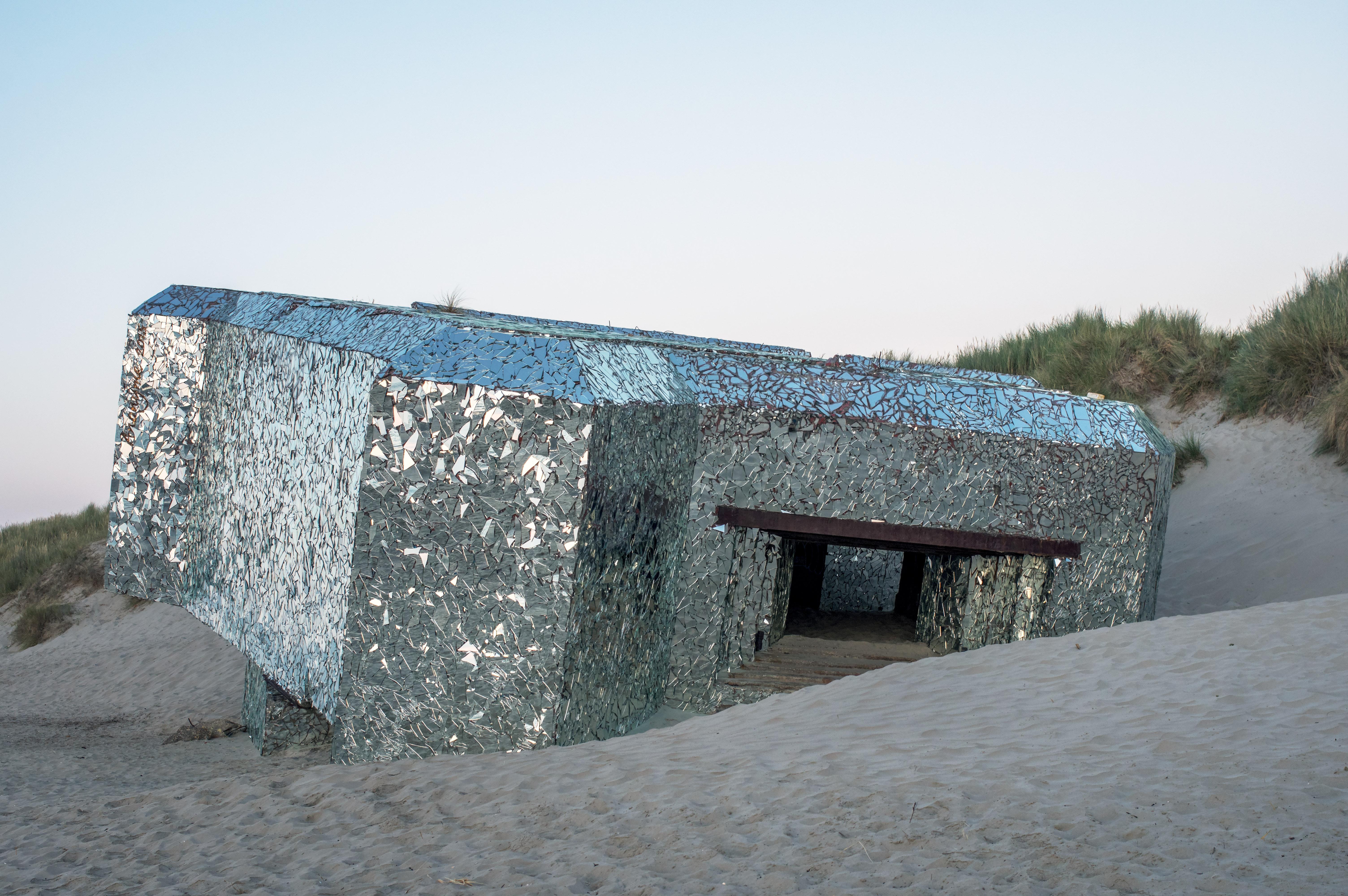 Bunker couvert de morceaux de miroir , a decouvrir  575266IMGP9682