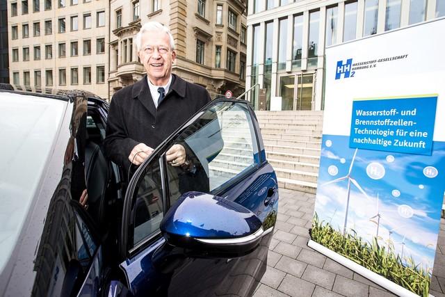 Le premier client allemand de Mirai vient de recevoir sa voiture à Hambourg 603688HA2524