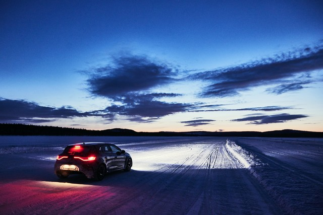 Nouvelle Mégane R.S offre 4 roues directrices et 2 châssis 6166159299816