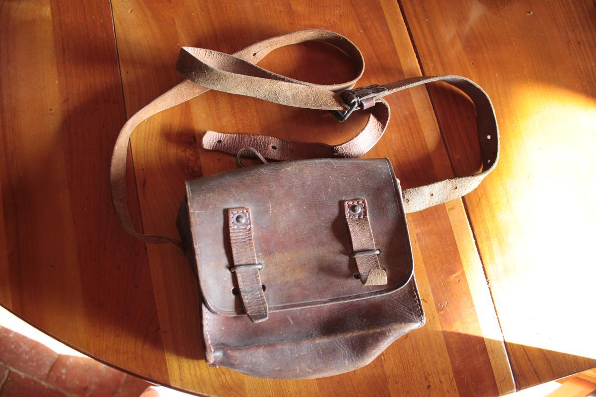 1 musette et une petite sacoche en cuir à identifier 676615scIMG3300