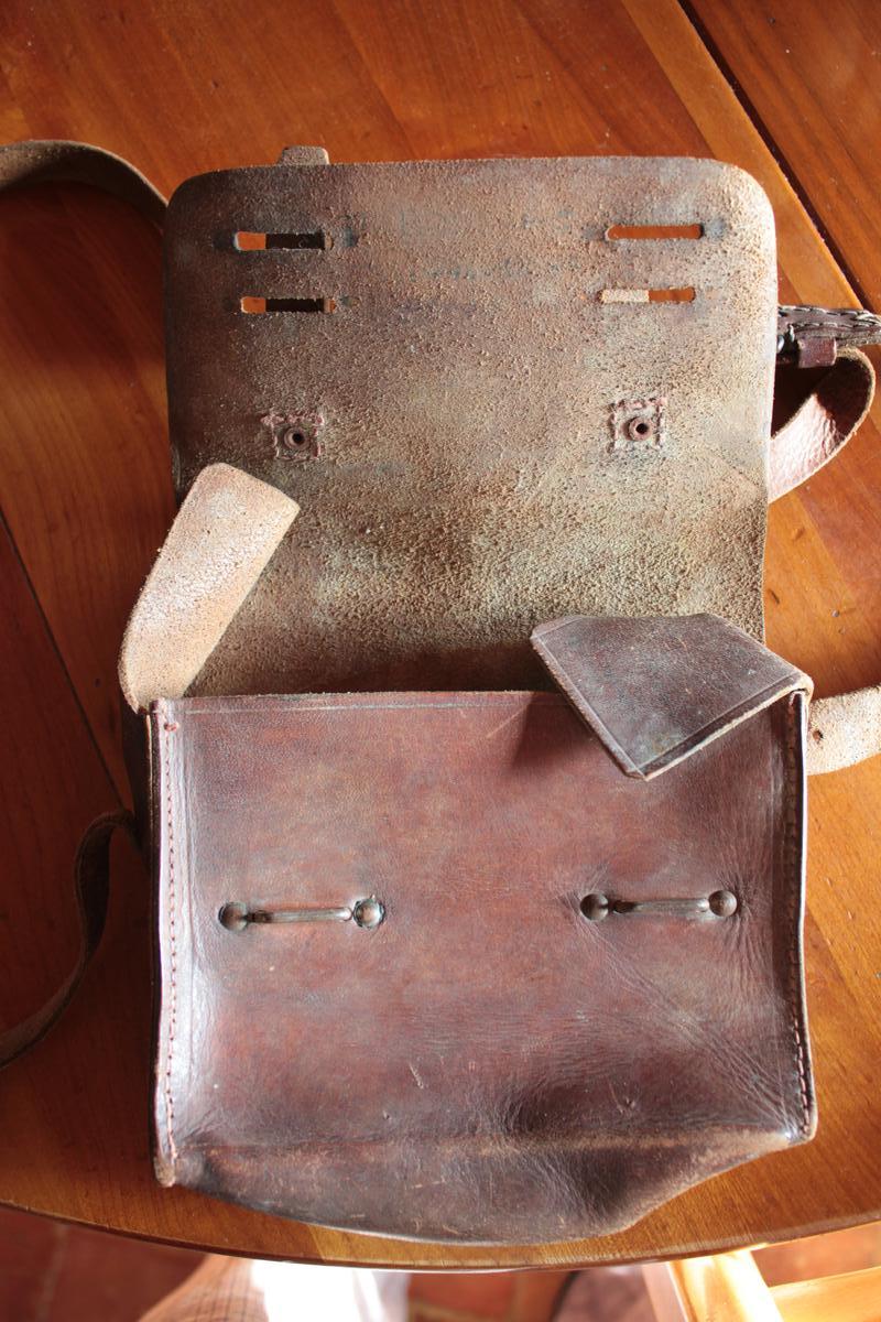 1 musette et une petite sacoche en cuir à identifier 690472scIMG3302