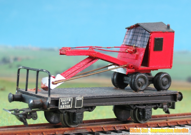 Wagons plats 2 ess maquette et semi maquette chargés par ordre alphabetique 700199VBplatesssmaquettepelleteuserougeIMG3545R